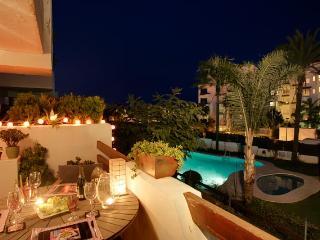 Immaculate 2 bed 1st floor apt overlooking pool, Estepona