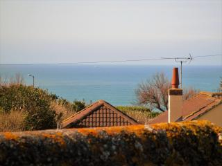 Spacious  bungalow with sea views.Close to Beach