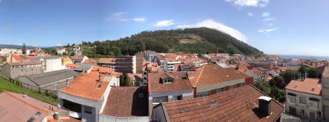 Vistas desde un piso mas arriba.De izquierda a derecha...Portugal, monte santa Tecla, Mar atlantico