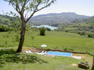 Apartment with pool, great lake and mountain views, Amandola