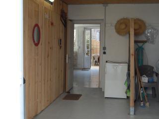 Garage et en enfilade pièce de vie puis cour intérieure intra-muros