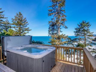 Pet-friendly home w/hot tub, views of Proposal Rock, Neskowin