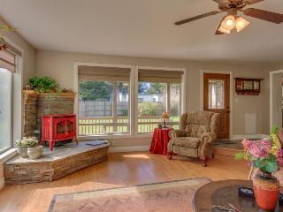 Open, airy & dog-friendly home with a private hot tub, close to the beach!, Waldport