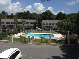 Charming,Comfy, Pool Front Condo Conveniently Loca