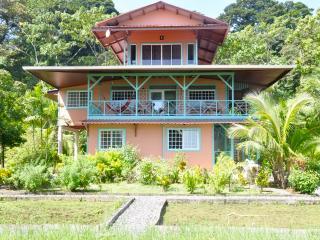 Casa Rosada Ocean Front -Upper 2 bed apt., Bocas Town