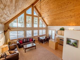 Impressive 4BR Grand Lake House w/Wifi, Private Deck & Stunning Alpine Views - Walk to Shadow Mountain Lake! Close to Town, Rocky Mountain National Park & Ski Resorts!