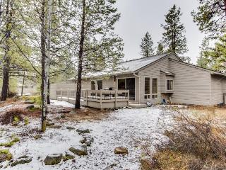 Comfortable family home w/ private hot tub and SHARC passes, Sunriver