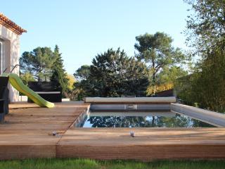 Grande ville avec piscine et jardin