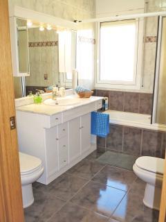 bathroom I: bath-tube/shower, bidet, hair dryer, towels, shampo, soap