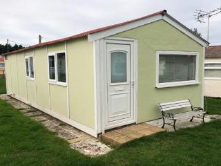 Spacious comfortable holiday chalet near the sea, Leysdown-on-Sea
