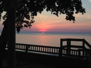 Lake Erie PRIVATE Beach Cottage w/3Kayaks & Spectacular View, Sleeps 12 (8 beds)