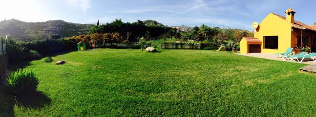 Casa Rural con amplio jardín, arboles frutales y piscina privada.