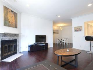 Cozy and Spacious 1 Bedroom Condo Less than a 30 Second Walk to the Sand, Marina del Rey