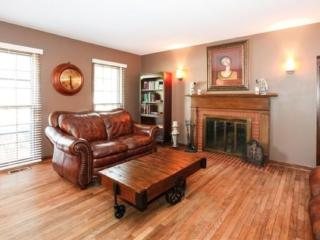 CLEAN, SPACIOUS AND ELEGANT 6 BEDROOM, 4.5 BATHROOM HOME, Downers Grove