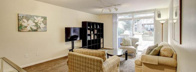 WONDERFULLY FURNISHED 3 BEDROOM, 3 BATHROOM APARTMENT, Bellevue