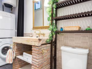 Fira Poble: Bohemian 2 Bedroom, 3rd Floor Walk Up - RNU 68364, Barcelona