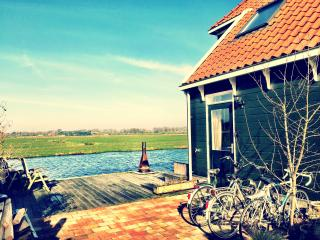 NEAR AMSTERDAM: Private room with canalview, Broek in Waterland