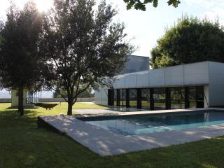 Casa de diseño RCR Arquitects con vistas