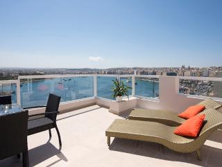 Amazing Bastion Views 3-bd Seafront Penthouse, Sliema