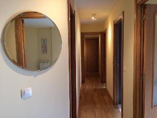 Pasillo distribuidor a las habitaciones, salón, cocina y a los cuartos de baño