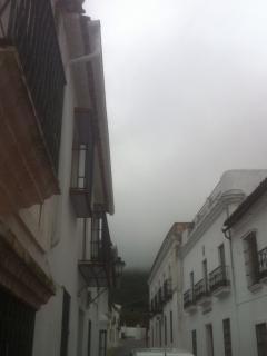 Vista de la Sierra de Santa Bárabara desde la puerta, un día nublado