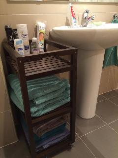 Toallas de baño grandes nuevas recien lavadas. Jabón, champú, gel de baño y esponjas a tu disposició