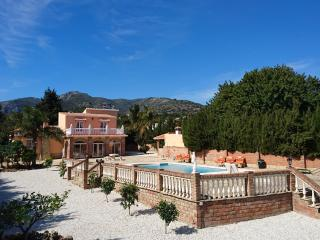 Villa with private heated pool, jacuzzi, sea view, BBQ, big secluded garden