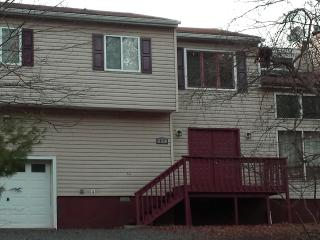 GORGEOUS LAKEFRONT WITH 4 BR 3 BTH  SAUNA & MORE, East Stroudsburg