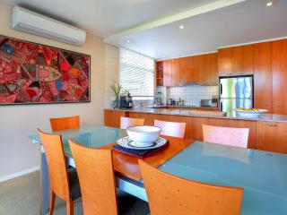 Leafy harbour side home with style, Sídney