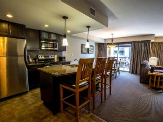 Spacious Condo with Private Balcony, Fireplace, On-site Hot Tub!