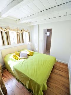 La chambre du RDC avec sa salle de bains