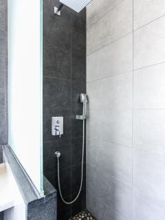 Baño completo con ducha situado en la habitación en suite