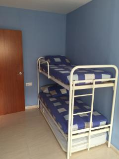 Habitación litera y cama debajo
