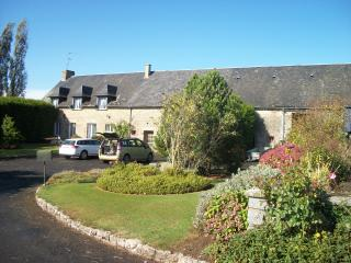 LARGE RURAL FARMHOUSE 7 BEDS, 5 BATH PETS WELCOME, Fougerolles-du-Plessis