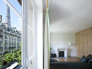 Great studio w/view of Eiffel Tower