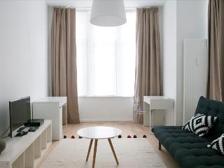 Modern studio apt w/balcony, Ixelles
