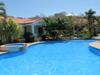 Your home away from home-5 min walk from the beach, Playas del Coco
