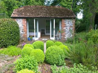 Idyllic Hampshire Hideaway - The Orchard Studio