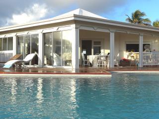 La villa donne directement sur le deck qui est sur le même niveau. Petite séance de balnéo le matin?