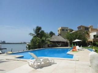 Beautiful Villa Facing the Water, Sleeps 10, Cancun