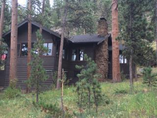 Classic & private with hot tub, mtn & river views, Estes Park