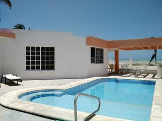 Caglez Beachfront house with Pool & WiFi Internet, Progreso