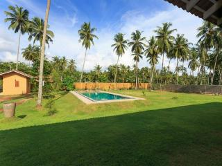 Boutique Villa with Pool near Beach, Wadduwa