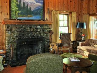 Lakefront cabin in Spectacular Glacier Natl Park, Lake Mc Donald