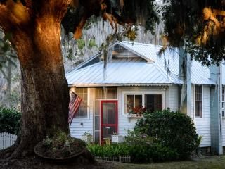 Rustic Oak Grove Cottage, Savannah