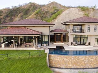 Brand New Luxury Home with Infinity Pool Sleeps 14