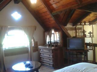 Habitación equipada con TV., tocador, sofa cama. Cálida y confortable.