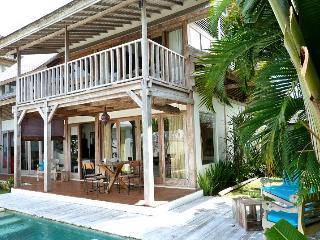 Villa Vintage - 2BR & Private Pool Wooden Villa 3min away from Berawa Beach