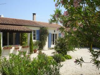 Country cottage large private garden & pool, St-Rémy-de-Provence