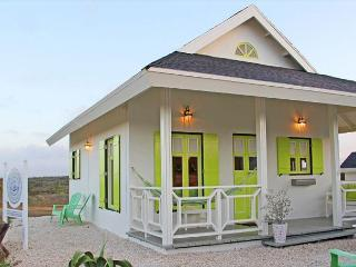 Cute cottage in nature, 3min. to hotels, Marriott,  beaches